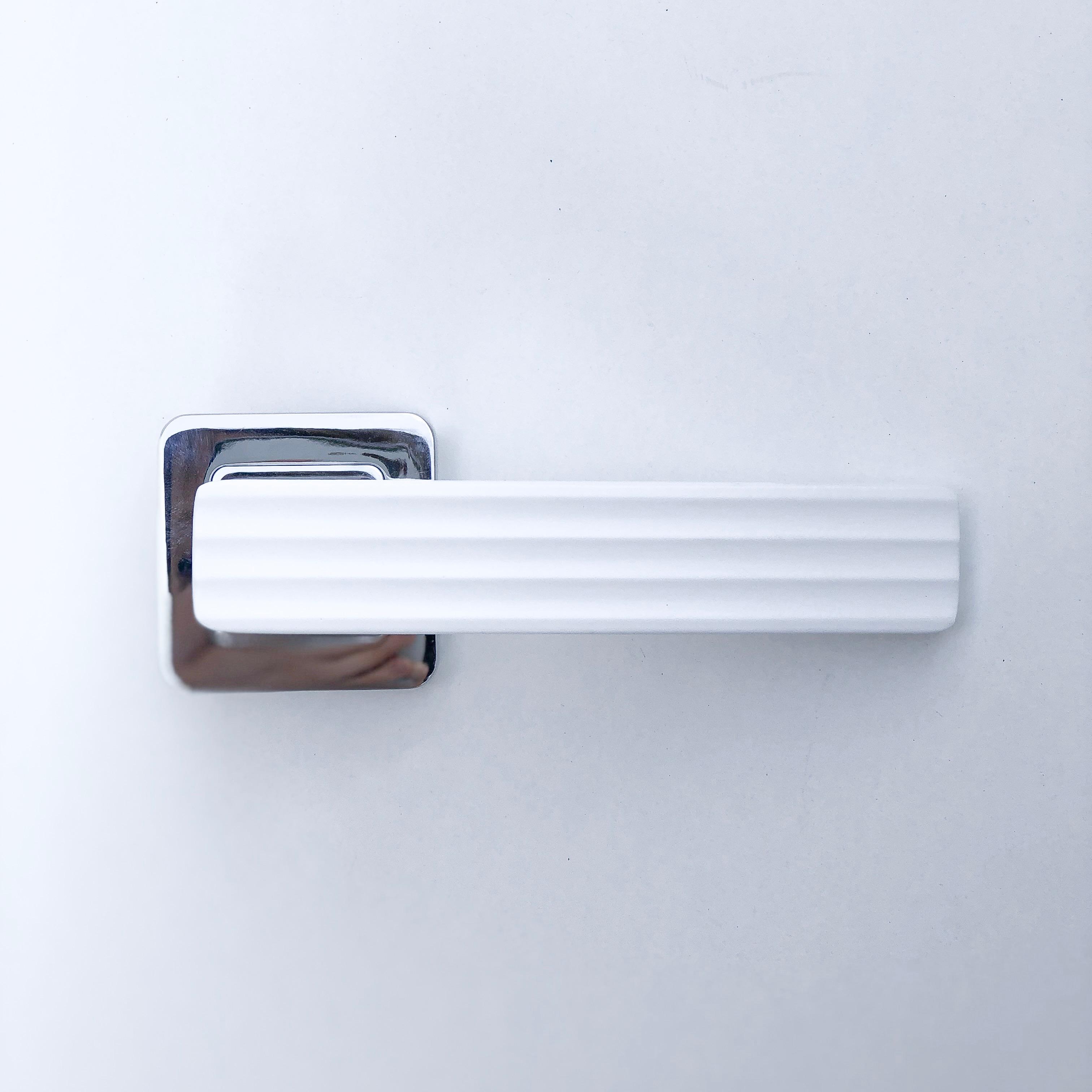 дверные ручки Malibu белый хром
